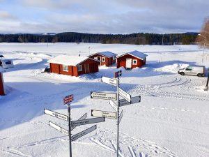 Bo i direkt anslutning till backar och skidspår samt Almåsa Wärdshus och servicehuset i våra 4-bädds timmerstugor.