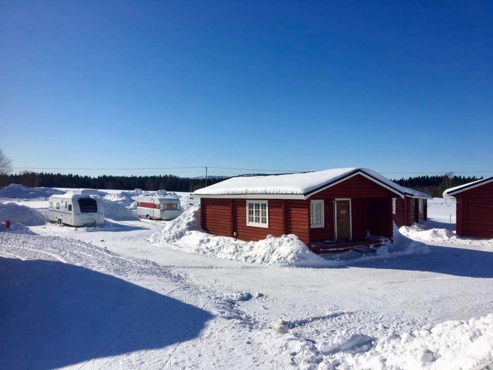 Bo i direkt anslutning till backar och skidspår samt Almåsa Wärdshus och servicehuset på vår husvagnscamping eller hyr våra 4-bädds timmerstugor.